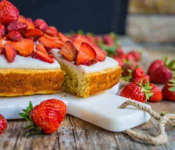 Saftiger Erdbeer Bananen Kuchen mit Pudding, ohne weissen Zucker