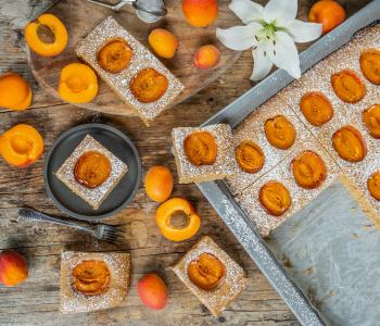 Aprikosenkuchen vom Blech - leichtes Biskuit ohne Eier