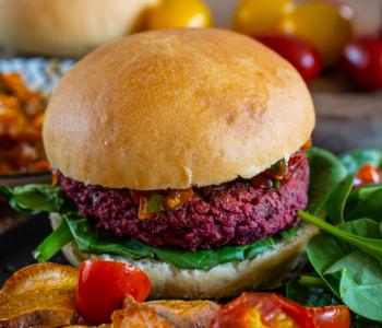 Protein Burger mit selbstgemachten Dinkelbrötchen