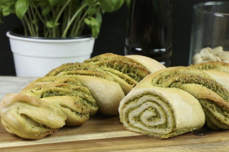 Pesto-Brot mit Basilikum