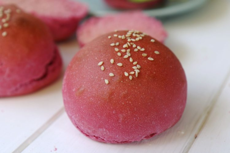 Pinke Hamburger Brötchen selbst backen (vegan)