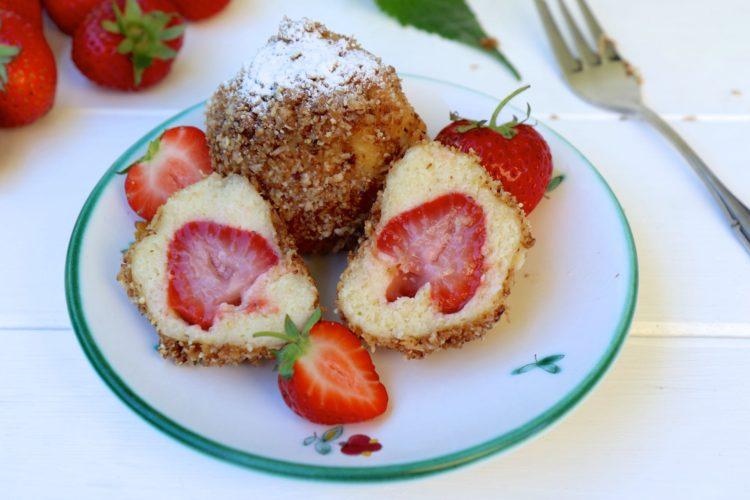 Erdbeer Topfenknödel mit Kokos-Mandel-Brösel