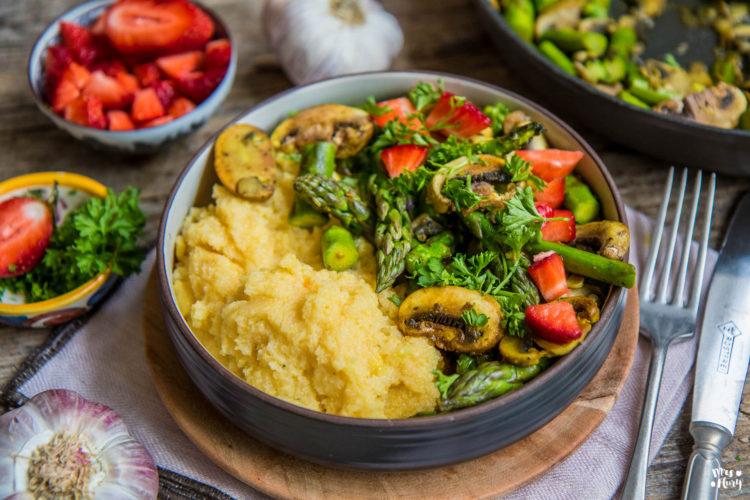 Cremige Polenta mit Spargel-Gemüse vegan