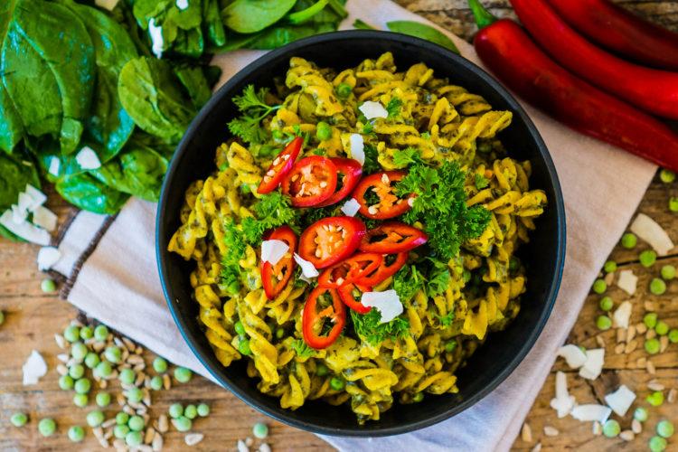 Vegane One-Pot Pasta mit Spinat und Kokosmilch