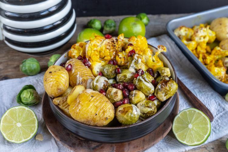 Gesundes Gemüse und Hasselback Kartoffeln aus dem Ofen