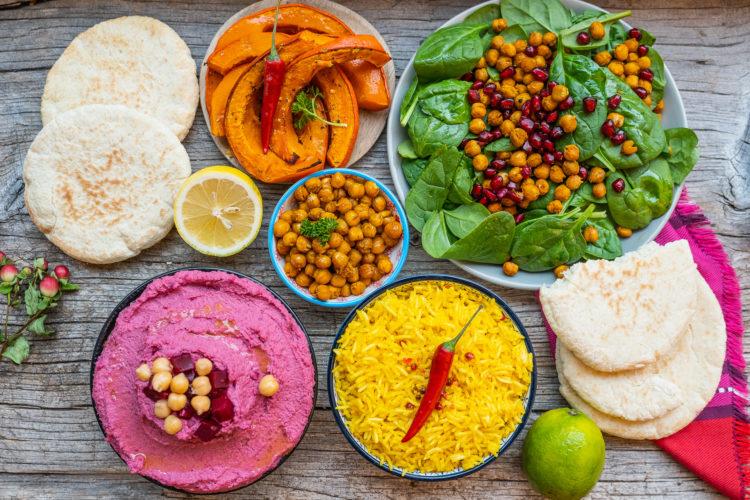 Kitcheria Tavolata mit Ofenkürbis, pink Hummus und Spinat-Kichererbsen-Salat