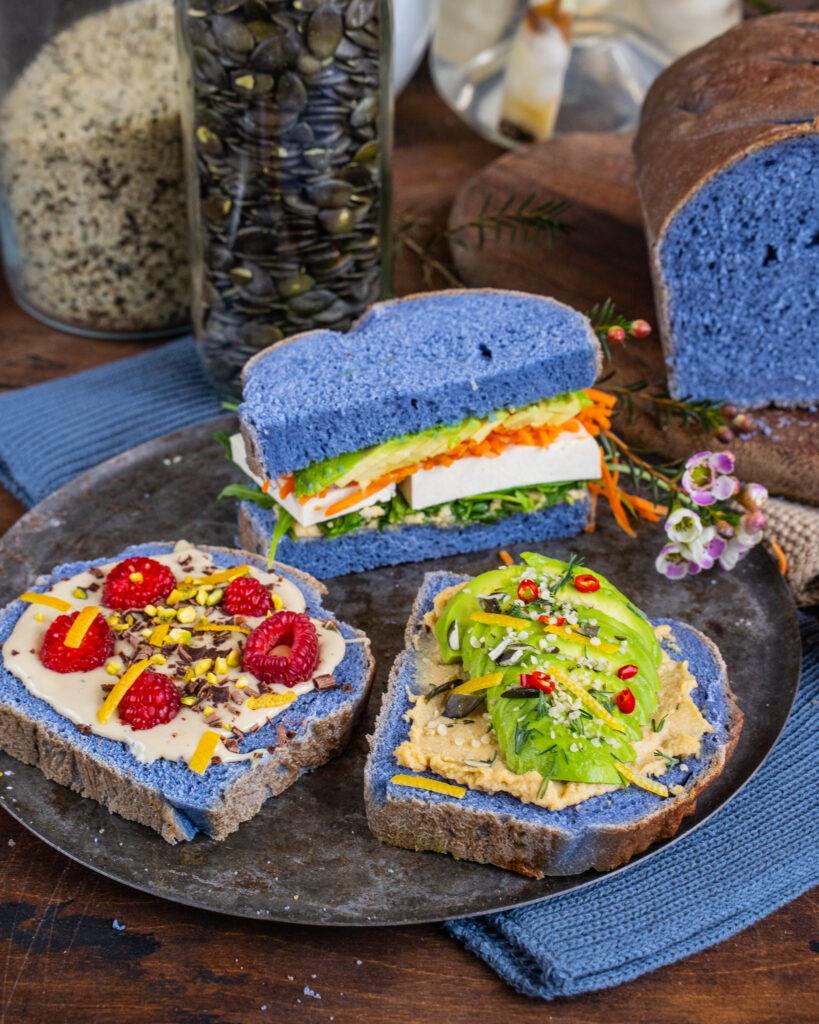 Blaues Brot Mrs Flury mit Schmetterlingserbsentee